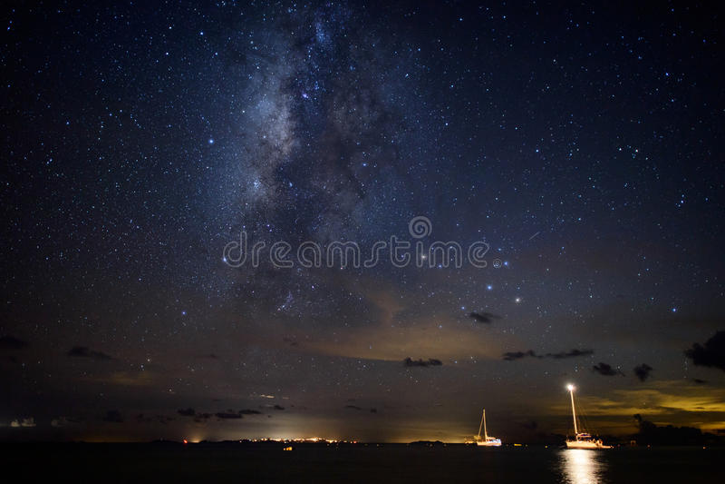 Γαλακτώδης γαλαξίας τρόπων πέρα από sailboats στις Καραϊβικές Θάλασσες στοκ φωτογραφία