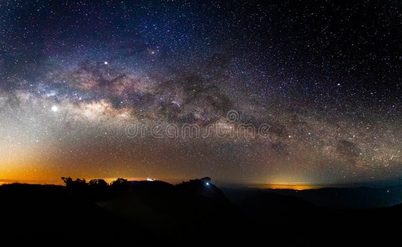 Γαλακτώδης γαλαξίας τρόπων πανοράματος με τα αστέρια και διαστημική σκόνη στον κόσμο στοκ φωτογραφίες