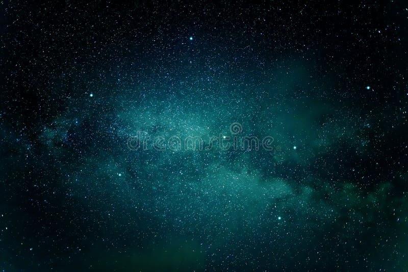 Γαλακτώδης γαλαξίας τρόπων στο νυχτερινό ουρανό στοκ εικόνα με δικαίωμα ελεύθερης χρήσης