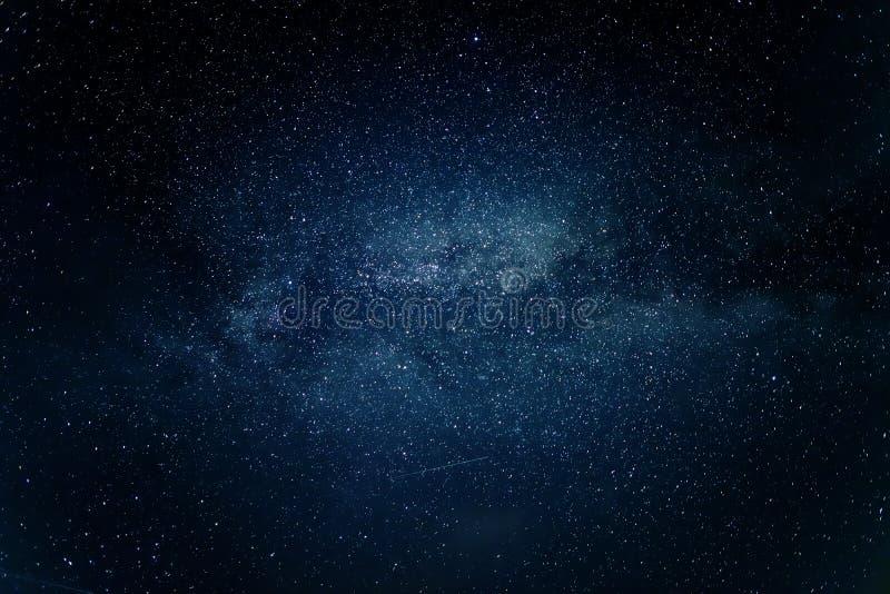 Γαλακτώδης γαλαξίας τρόπων στο νυχτερινό ουρανό στοκ εικόνες με δικαίωμα ελεύθερης χρήσης