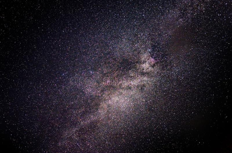 Γαλακτώδης γαλαξίας τρόπων στο νυχτερινό ουρανό στοκ εικόνες