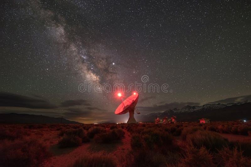 Γαλακτώδης γαλαξίας τρόπων στο ραδιο παρατηρητήριο κοιλάδων Owens στοκ εικόνες με δικαίωμα ελεύθερης χρήσης