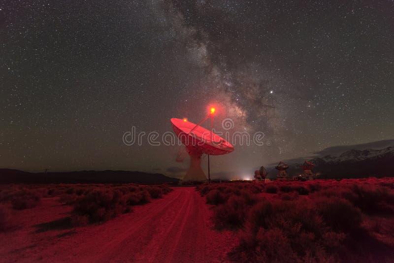 Γαλακτώδης γαλαξίας τρόπων στο ραδιο παρατηρητήριο κοιλάδων Owens στοκ φωτογραφίες με δικαίωμα ελεύθερης χρήσης