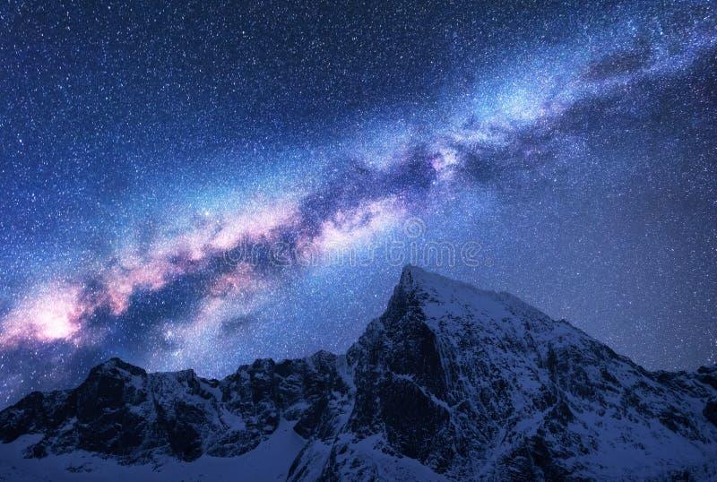 Γαλακτώδης τρόπος επάνω από τα χιονώδη βουνά τη νύχτα διάστημα στοκ φωτογραφίες