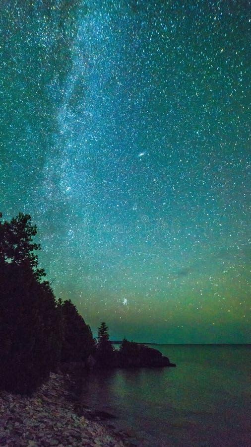 Γαλακτώδης τρόπος και έναστρος ουρανός κατά μήκος του lakeshore του της Γεωργίας κόλπου στοκ φωτογραφία