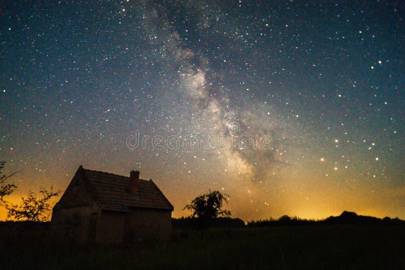 Γαλακτώδης τρόπος και παλαιό σπίτι στοκ φωτογραφία με δικαίωμα ελεύθερης χρήσης