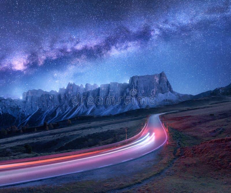 Γαλακτώδης τρόπος πέρα από το δρόμο βουνών τη νύχτα το καλοκαίρι στοκ φωτογραφία με δικαίωμα ελεύθερης χρήσης
