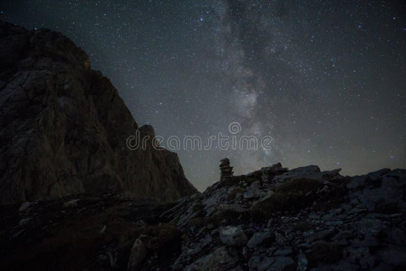 Γαλακτώδης τρόπος στα όρη με τις πέτρες, τους βράχους και ένα μικρό γλυπτό πετρών στοκ εικόνα