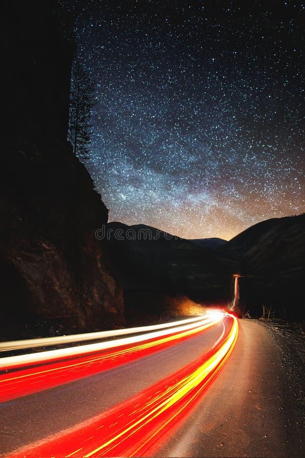 Γαλακτώδη ίχνη φω'των αστεριών και αυτοκινήτων τρόπων στο δρόμο Κάθετος προσανατολισμός στοκ εικόνες με δικαίωμα ελεύθερης χρήσης