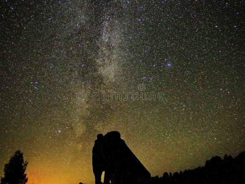 Γαλακτώδη αστέρια τρόπων atronomer και μεγάλη παρατήρηση τηλεσκοπίων DOB στοκ εικόνα