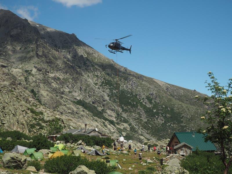 Γαλλία, Κορσική, Άλπεις Corsician, στις 19 Ιουνίου 2017: ελικόπτερο dropp στοκ φωτογραφία με δικαίωμα ελεύθερης χρήσης