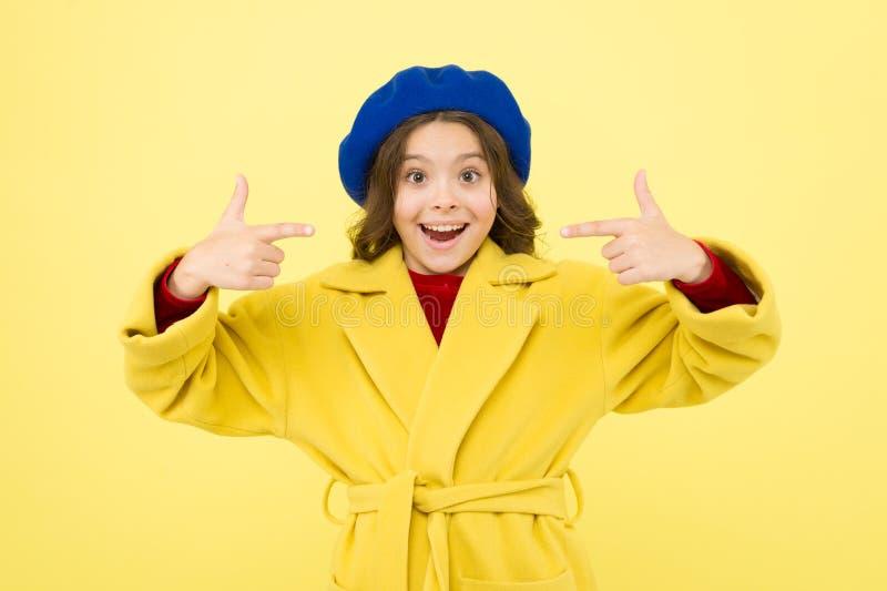 Γαλλία παιδική ηλικία και ευτυχία Ημέρα των ευτυχών παιδιών γαλλικό beret ύφους Παρισινό κορίτσι μικρό παιδί στο Παρίσι κατσίκι στοκ εικόνες