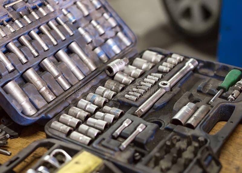 Γαλλικά κλειδιά για τις επισκευές αυτοκινήτων Αυτόματη μηχανική εργασία στο γκαράζ r στοκ εικόνα