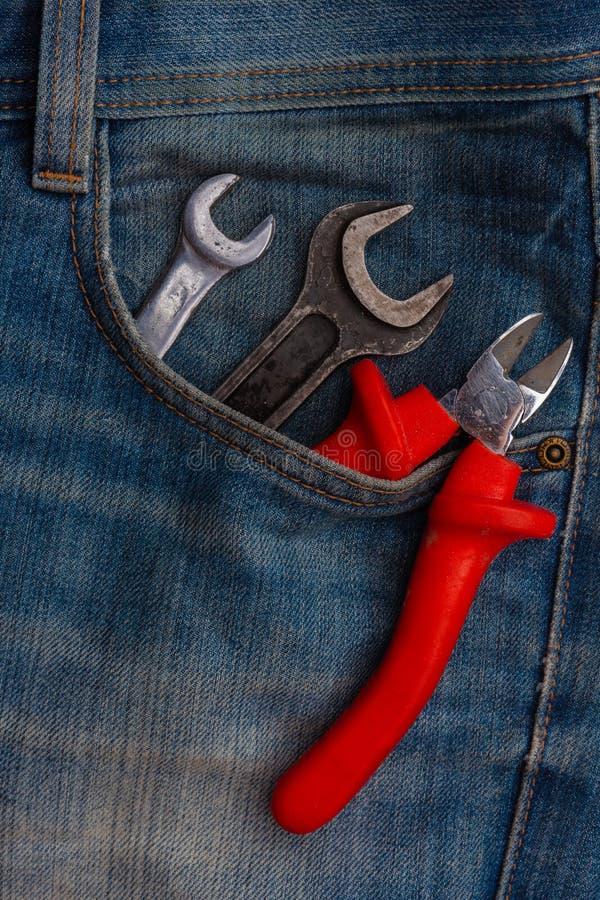 Γαλλικά κλειδιά και πιό plier εργαλεία στην τσέπη τζιν παντελόνι στοκ φωτογραφία