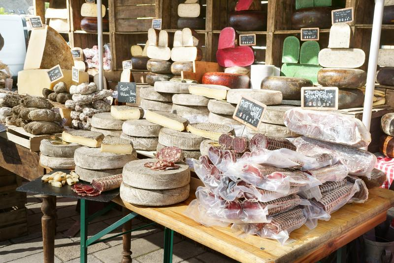 Γαλλικά λουκάνικα και τυρί της Γαλλίας στάβλων αγοράς στοκ εικόνες
