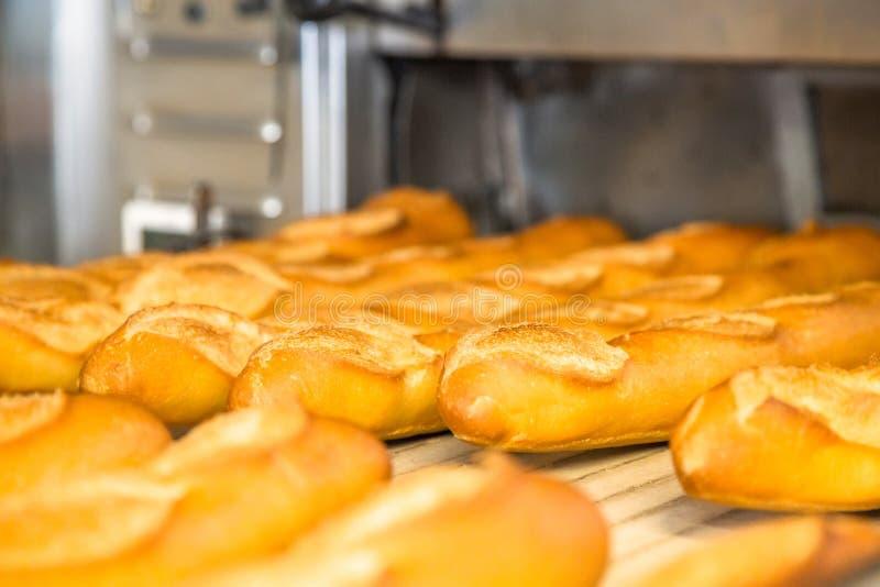 Γαλλικά baguettes στην έξοδο από το φούρνο μετά από να μαγειρεψει στοκ φωτογραφία