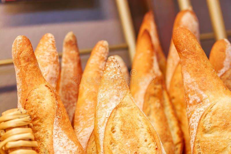 Γαλλικά baguettes στο παραδοσιακό αρτοποιείο στοκ εικόνα με δικαίωμα ελεύθερης χρήσης