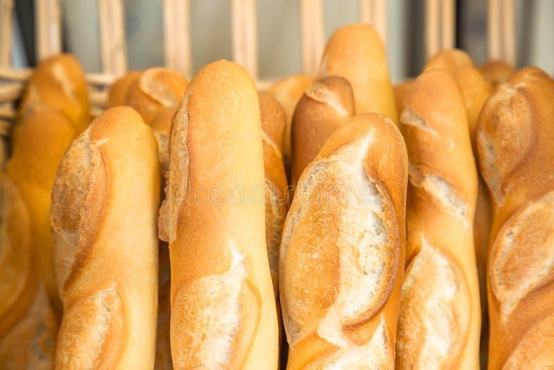 Γαλλικά baguettes στο παραδοσιακό αρτοποιείο στοκ φωτογραφία με δικαίωμα ελεύθερης χρήσης