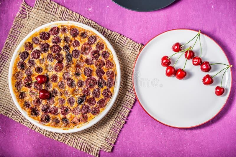 Γαλλικά clafoutis κέικ κερασιών στοκ φωτογραφίες