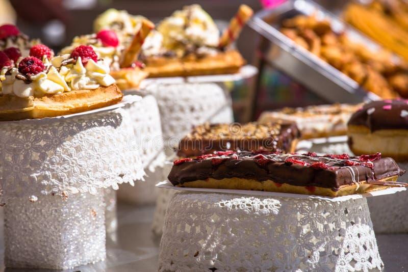 Γαλλικές ζύμες στην επίδειξη ένα κατάστημα βιομηχανιών ζαχαρωδών προϊόντων στη Γαλλία στοκ εικόνες