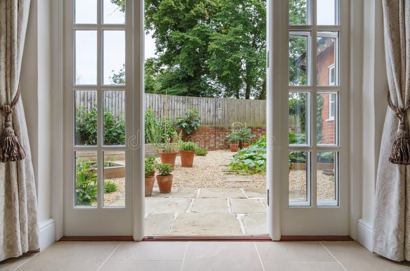 Γαλλικές πόρτες που οδηγούν στον κήπο κουζινών στοκ εικόνες με δικαίωμα ελεύθερης χρήσης