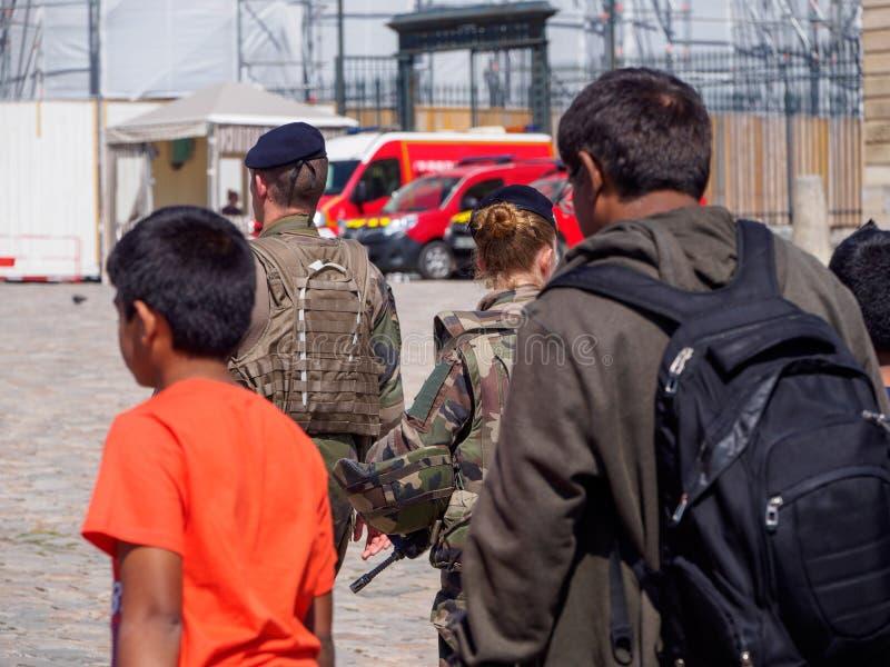 Γαλλική είσοδος περιπόλου στρατιωτών του παλατιού των Βερσαλλιών, Γαλλία στοκ εικόνες