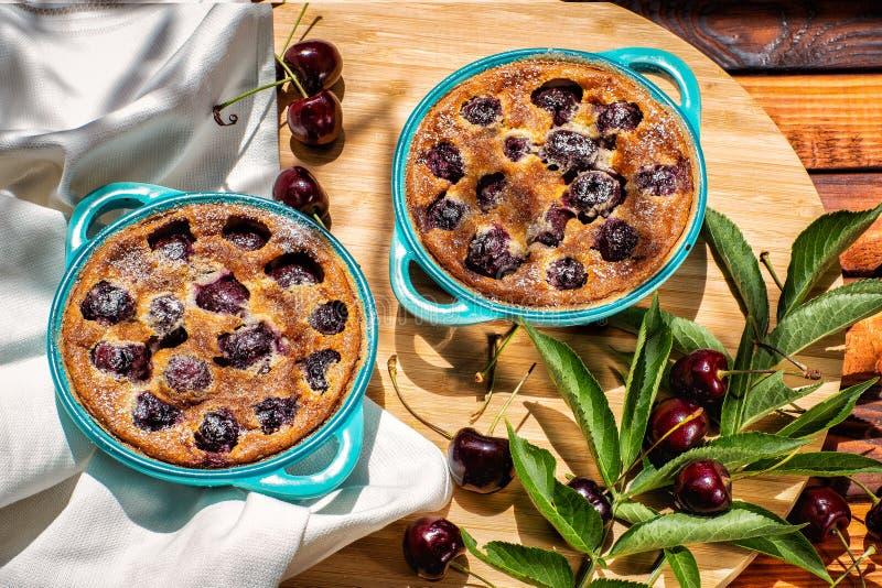 Γαλλική κουζίνα Clafoutis κέικ σπιτικό Γαλλική πίτα κερασιών Σε μια ξύλινη ανασκόπηση στοκ εικόνες