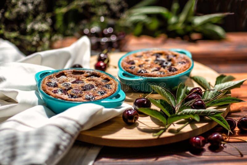 Γαλλική κουζίνα Clafoutis κέικ σπιτικό Γαλλική πίτα κερασιών στοκ φωτογραφίες με δικαίωμα ελεύθερης χρήσης