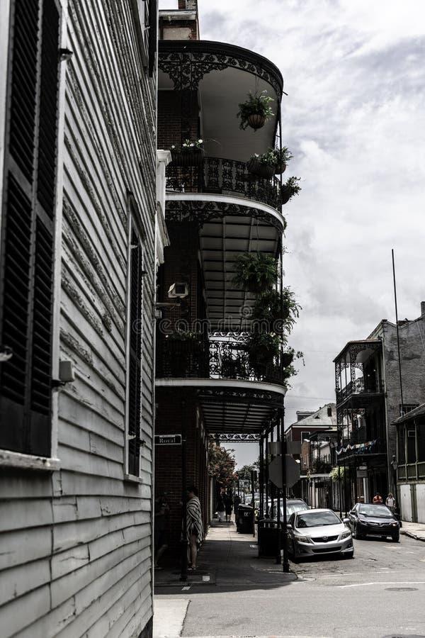 Γαλλική συνοικία της Νέας Ορλεάνης και τα εικονικά μπαλκόνια του στοκ εικόνα με δικαίωμα ελεύθερης χρήσης