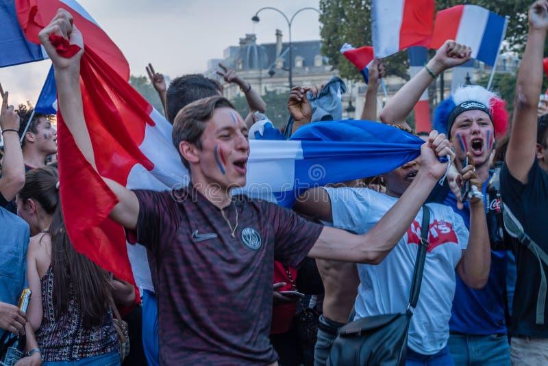 Γαλλικός υποστηρικτής που γιορτάζει τη νίκη της Γαλλίας στο Παγκόσμιο Κύπελλο ποδοσφαίρου 2018 στοκ εικόνες