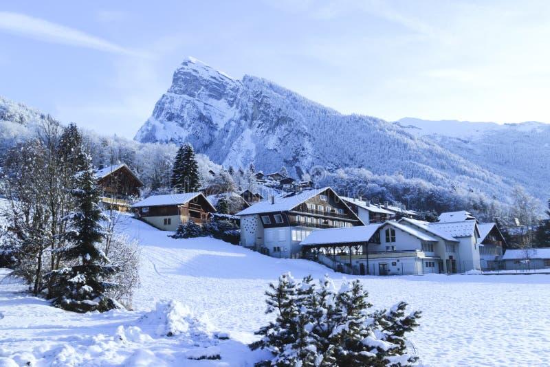 Γαλλικό αλπικό χιονοδρομικό κέντρο στα χιονώδη βουνά στοκ εικόνα με δικαίωμα ελεύθερης χρήσης