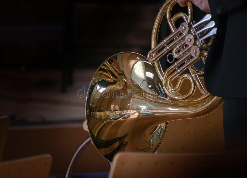 Γαλλικό κέρας, μουσικό χάλκινο όργανο από σωληνώσεις τυλιγμένο σε πηνίο με ένα καμπάνα με γεύση, πριν τη συναυλία με αντανακλάσει στοκ εικόνες με δικαίωμα ελεύθερης χρήσης