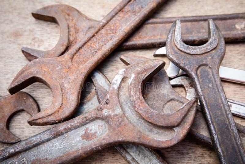 Γαλλικό κλειδί, διαφορετικά μεγέθη, παλαιός και σκουριασμένος στοκ φωτογραφία