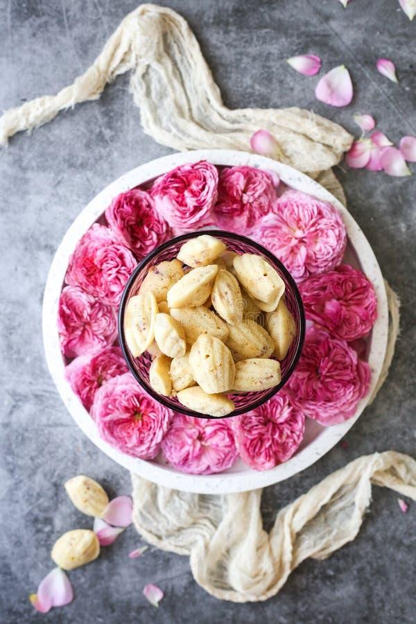 Γαλλικό μπισκότο της Madeleine με τα ροδαλά πέταλα στοκ φωτογραφία
