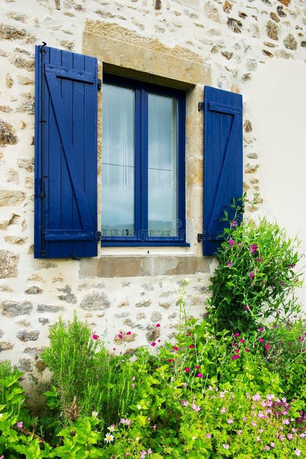 γαλλικό παράθυρο παραθυρόφυλλων στοκ φωτογραφία