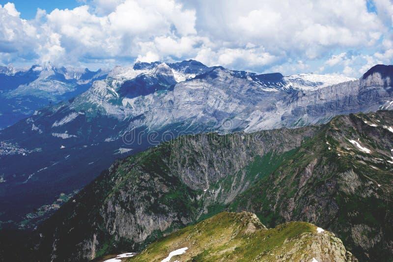 Γαλλικό φυσικό τοπίο Άλπεων Βουνά και walleys στο νεφελώδη καιρό στοκ εικόνα με δικαίωμα ελεύθερης χρήσης