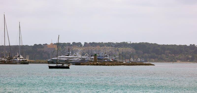 Γαλλικό riviera των Καννών, μεσογειακή ακτή, Eze, Άγιος-Tropez, Μονακό και Νίκαια Μπλε γιοτ νερού και πολυτέλειας στοκ εικόνα με δικαίωμα ελεύθερης χρήσης