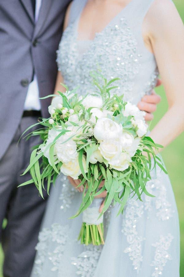Γαμήλια ανθοδέσμη στα χέρια της νύφης στοκ εικόνες με δικαίωμα ελεύθερης χρήσης