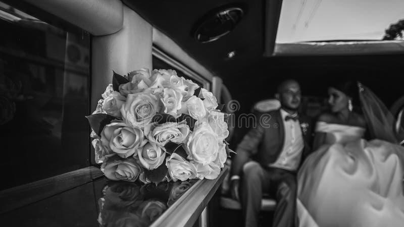 Γαμήλια ανθοδέσμη στο αυτοκίνητο στοκ φωτογραφία