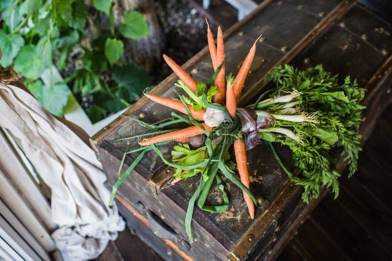 Γαμήλια ανθοδέσμη των καρότων, των κρεμμυδιών και της πράσινης σαλάτας στοκ εικόνα