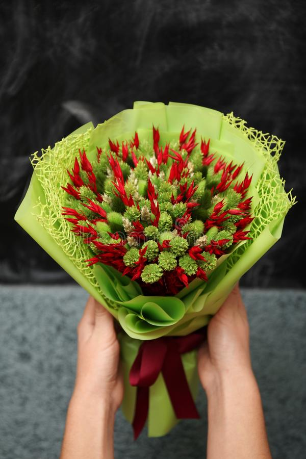 Γαμήλια ανθοδέσμη των ξηρών λουλουδιών του κοκκίνου και πράσινος Όμορφο ζωηρόχρωμο ντεκόρ στοκ εικόνες