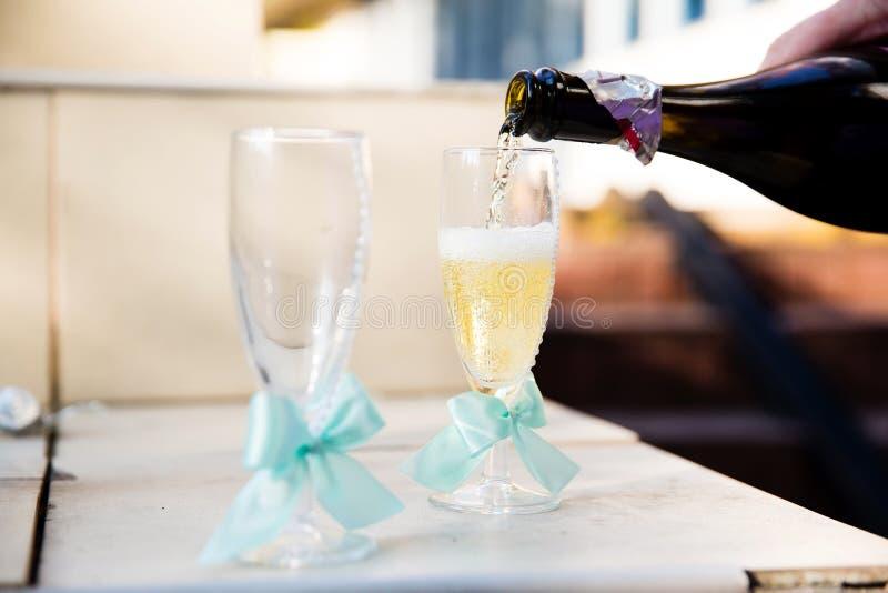 Γαμήλια γυαλιά με τις κορδέλλες στοκ φωτογραφία με δικαίωμα ελεύθερης χρήσης