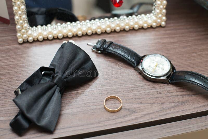 Γαμήλια δαχτυλίδια, δεσμός τόξων νεόνυμφων, νύφη και νεόνυμφος στοκ εικόνες με δικαίωμα ελεύθερης χρήσης