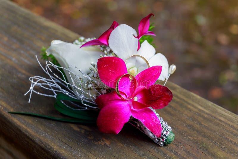 Γαμήλια δαχτυλίδια και εξαρτήματα η ανθοδέσμη στοκ φωτογραφία με δικαίωμα ελεύθερης χρήσης