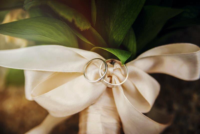 Γαμήλια δαχτυλίδια στην ταινία στοκ φωτογραφία