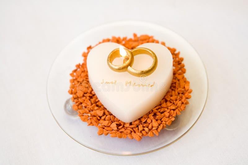 Γαμήλια δαχτυλίδια στο κέικ στοκ εικόνα με δικαίωμα ελεύθερης χρήσης