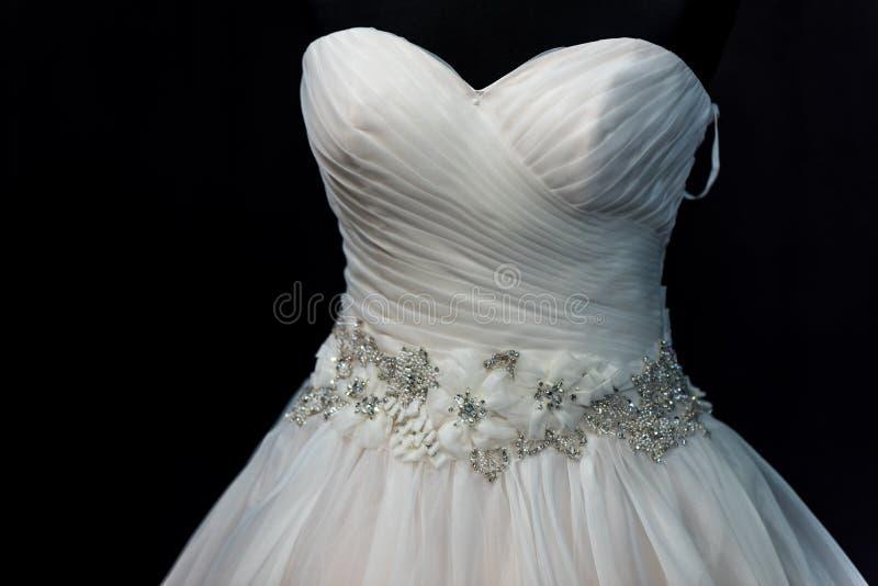 Γαμήλια μόδα, άσπρο γαμήλιο φόρεμα σε ένα μαύρο υπόβαθρο στοκ εικόνες