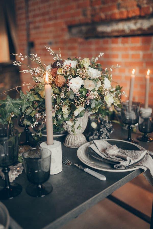 Γαμήλια ντεκόρ και φόρεμα στοκ εικόνες