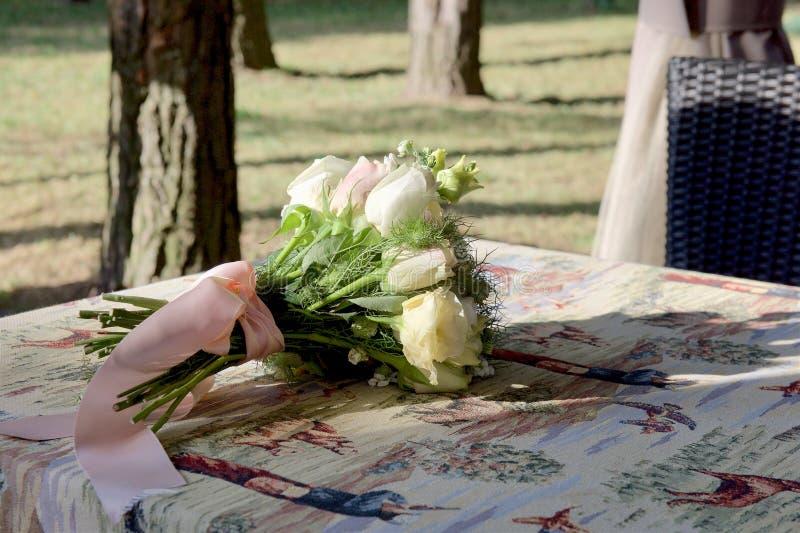 Γαμήλια νυφική ανθοδέσμη των άσπρων και ρόδινων τριαντάφυλλων στοκ φωτογραφίες
