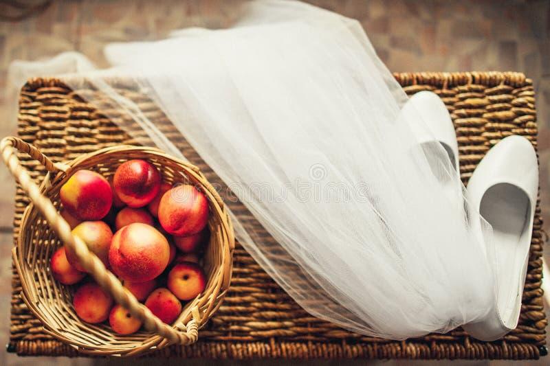 Γαμήλια πέπλο, παπούτσια, και φρούτα στοκ εικόνες με δικαίωμα ελεύθερης χρήσης